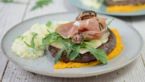 Angus-Oster-Burger auf Rüeblipüree mit Kartoffel-Risotto