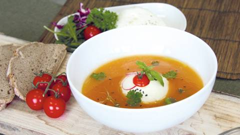 Peperoni-Suppe mit Burrata
