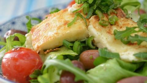 Salat mit gebratenem Feta