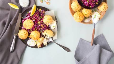 Blumenkohl-Falafeln mit Sour Cream und Rotkohlsalat