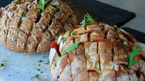 Gefülltes Brot mit Schinken und Mozzarella