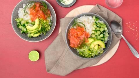 Poké Bowl mit Räucherlachs, Avocado und Jasminreis
