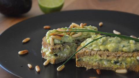 Avocado-Hüttenkäse-Sandwich