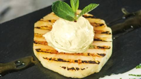 Grill-Ananas mit Joghurt-Dip und Glace