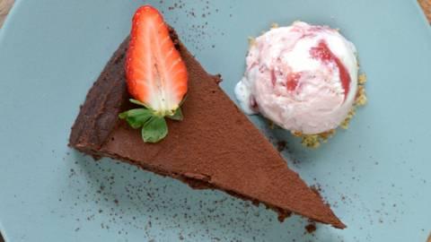 Schokoladentarte mit Erdbeereis
