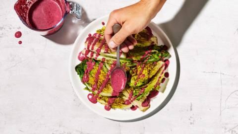 Gebratener Salat mit Blaubeer-Dressing