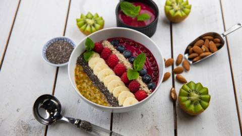 Vegane Smoothie-Bowl mit Beeren