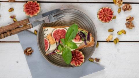 Veganes Sandwich-Baguette mit Feigen und Mozzarella