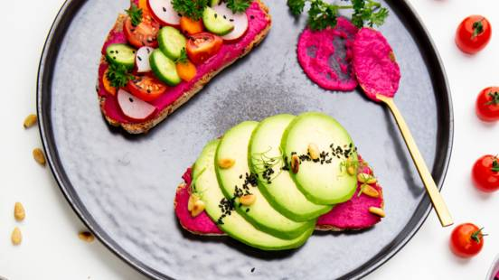 Veganer Randen-Hummus-Toast