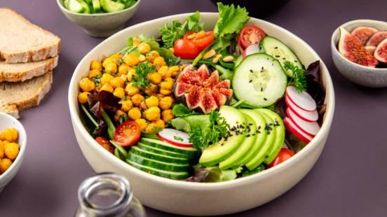 Veganer Salat mit Kürbiskernöl-Dressing