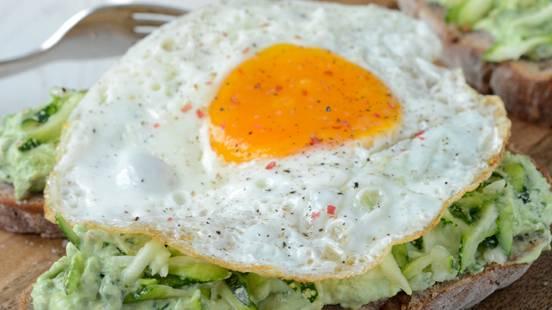Avocado-Brotschnitte mit Spiegelei