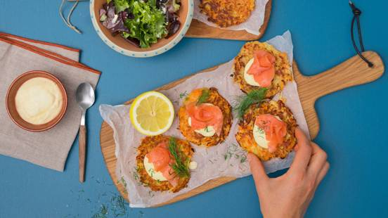 Räucherlachs auf Kartoffel-Rüebli-Rösti mit Honey-Mustard-Dip und Salat