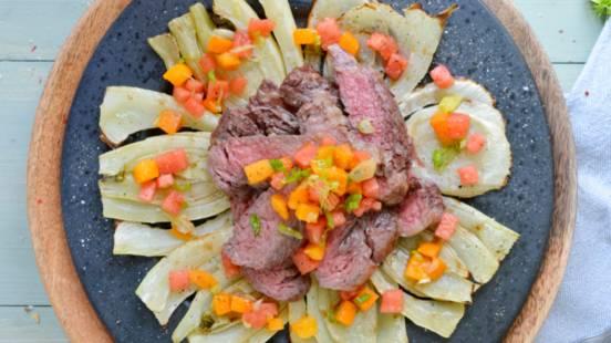 Rib Eye Steak auf grilliertem Fenchel mit Wassermelonen-Aprikosen-Salsa