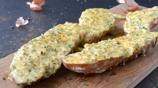 Überbackenes Käse-Baguette