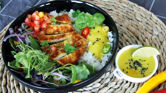 Veganes Tofu-Schnitzel mit Rucola und Currysauce