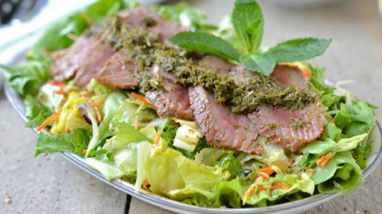 Salat mit Lammnierstück und Minzesauce