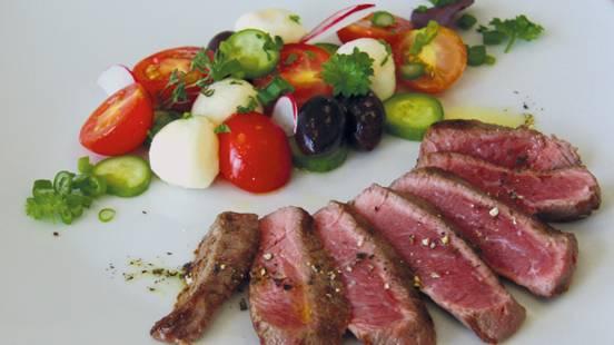 Entrecôte mit frischem Tomaten-Mozzarella-Oliven-Salat