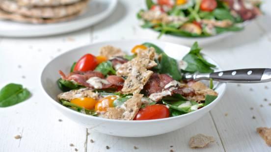 Schüttelbrot-Salat mit Speck-Joghurt-Dressing