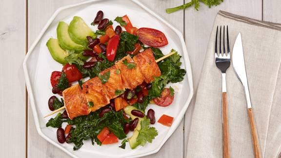 Lachs-Spiesschen mit Grünkohl & Avocado