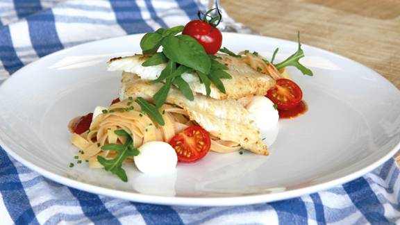 Kabeljau-Tagliatelle mit Tomaten, Mozzarella und Rucola