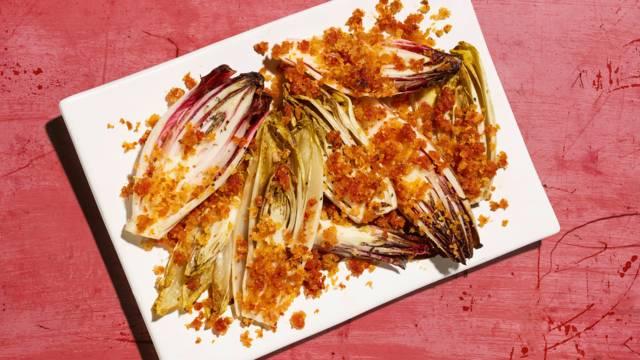 Ofen-Chicorée mit Tomaten-Brösmeli