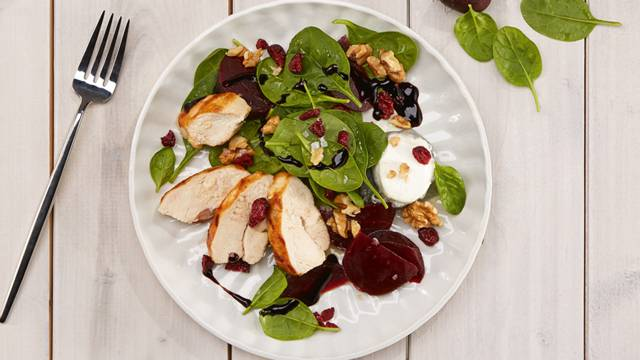 Randen-Spinat-Salat mit Huhn, Ziegenkäse & Walnüssen