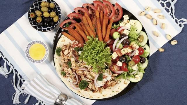 Gyros Teller mit Süsskartoffel Pommes und griechischem Salat
