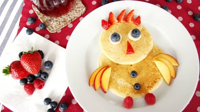 Pancake-Vogel mit frischen Früchten