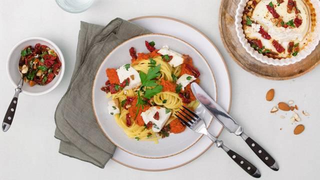 Gebackener Honig-Ricotta mit Tagliolini, Romesco-Sauce und Peterli-Salsa
