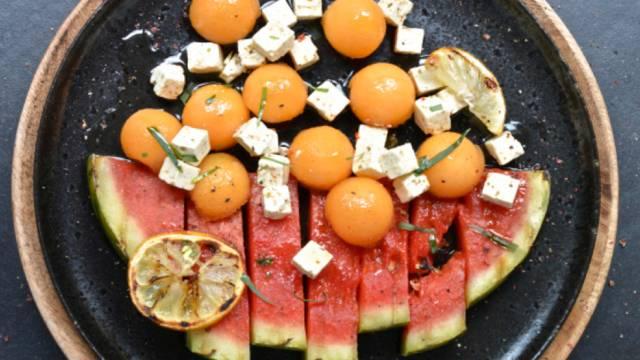 Grillierter Melonensalat mit Hirtenkäsewürfeln
