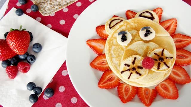 Pancake-Löwe mit frischen Früchten