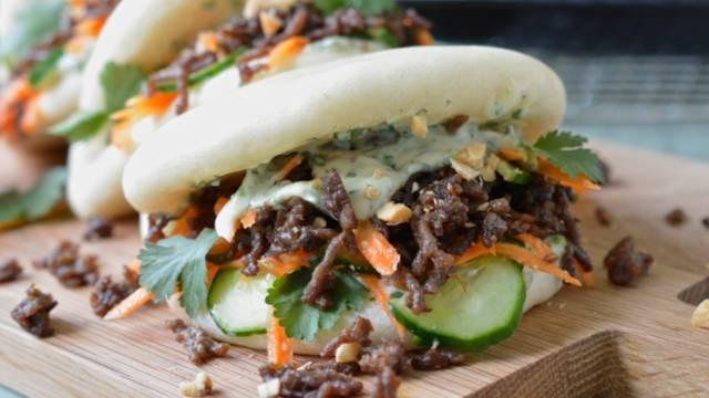 Bao-Burger mit Süsskartoffel-Wedges