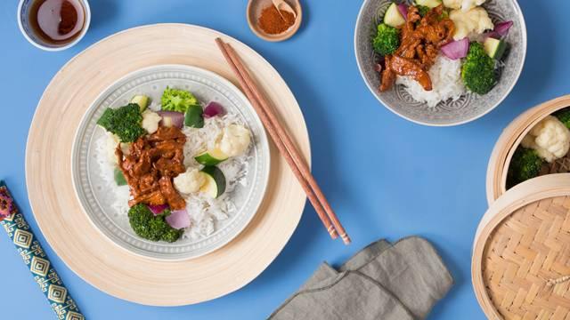 Koreanisches Kalbs-Bulgogi mit gedämpftem Gemüse und fluffigem Basmatireis