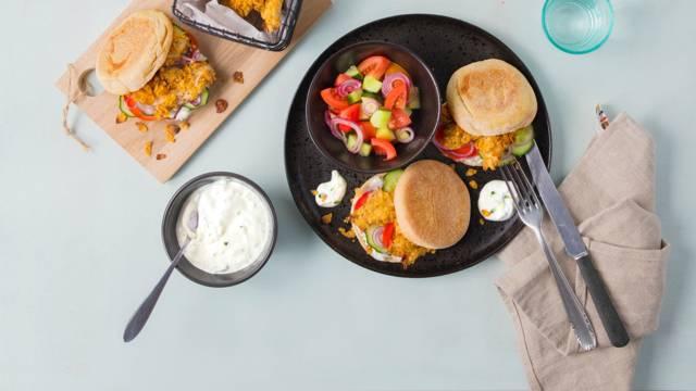 Pita mit crunchy Poulet, griechischem Salat und Tzatziki