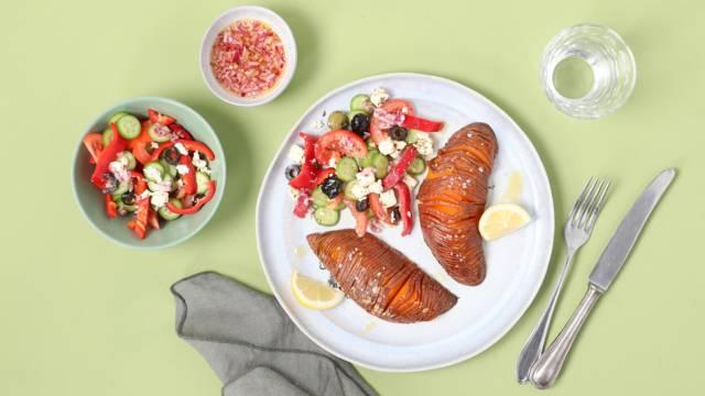 Hasselback-Süsskartoffel  mit griechischem Salat