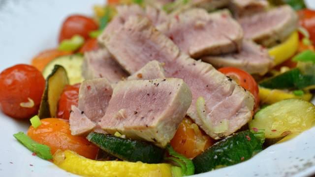 Thunfischfilet auf lauwarmen Gemüsesalat