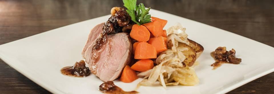 Am Stück gebratenes Schweinsfilet mit Feigen Haselnuss Chutney,  Lyoner Kartoffeln und glasierten Karotten