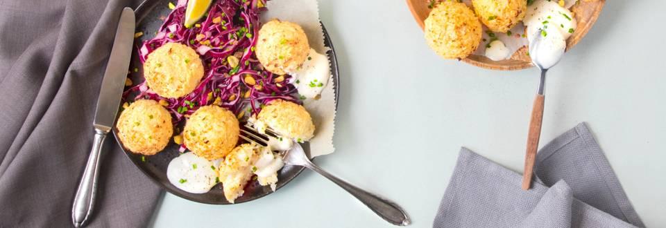 Blumenkohl- Falafeln mit Sour Cream und Rotkohlsalat