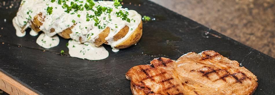 Nackensteak mit Folienkartoffeln und Kartoffelsalat