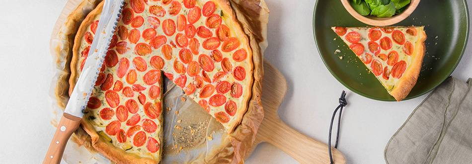 Tomaten-Quiche mit Zucchetti und knackigem Spinatsalat