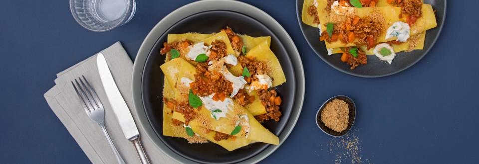 Offene Lasagne mit Bolognese und mediterranem Crumble