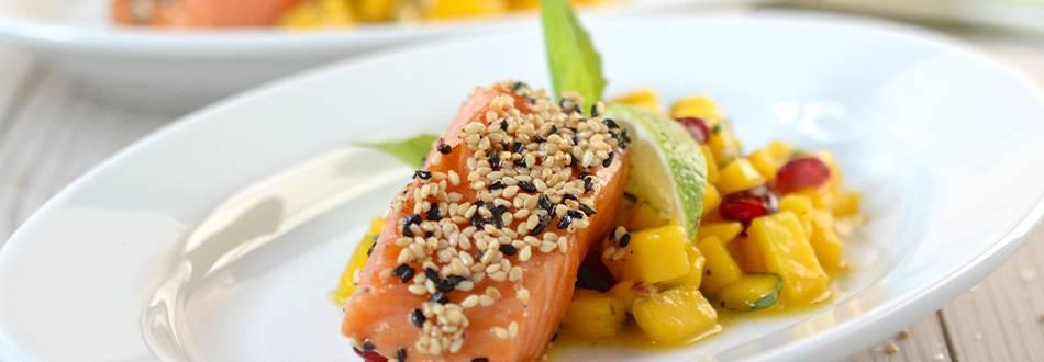 Lachsfilet im Sesam-Mantel auf Mango-Salsa