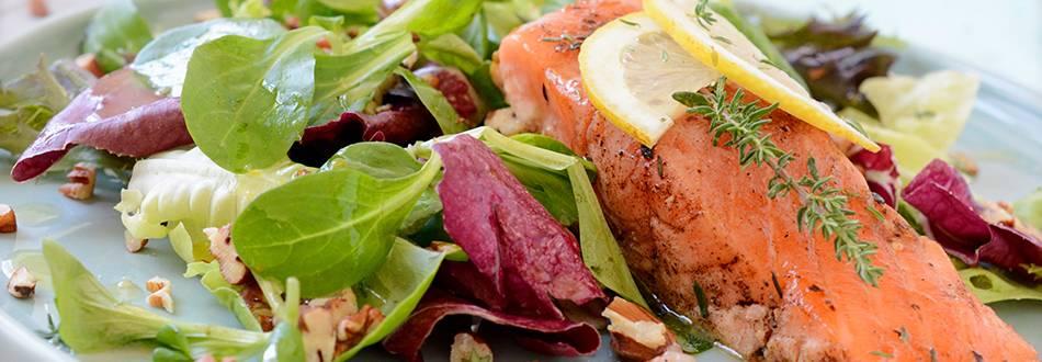Gebratener Lachs auf Salat Bouquet