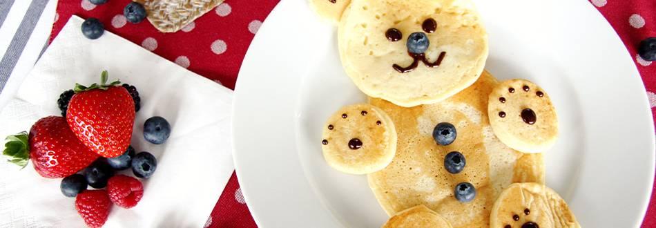 Pancake-Teddybär mit frischen Früchten