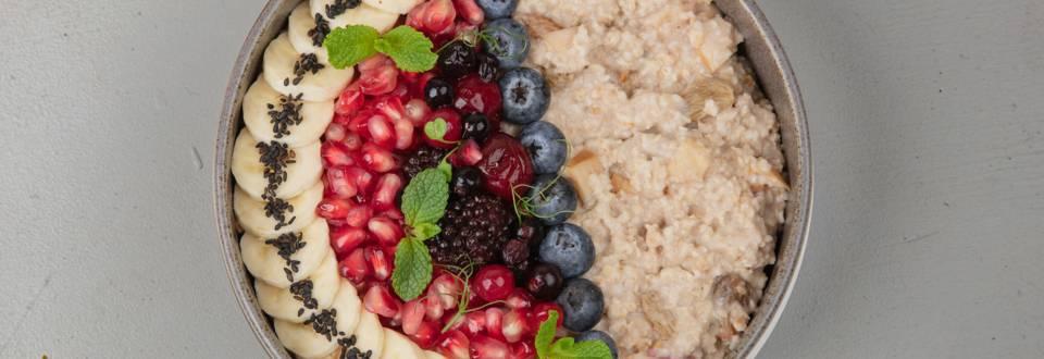 Apfel-Zimt-Porridge mit Fruchtgarnitur