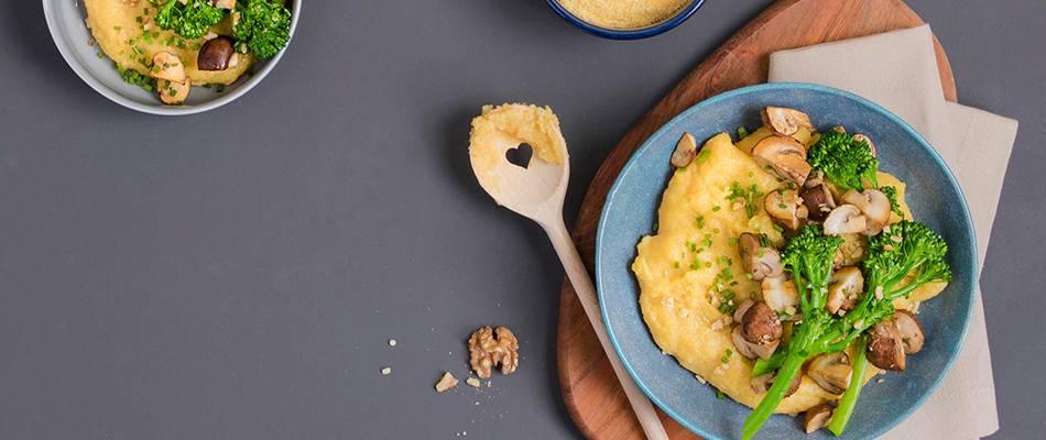 Cremige Käse-Polenta mit Bimi und Champignons