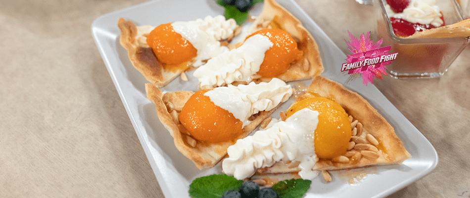 Flambierte Pfirsiche und Aprikosen auf Kuchenteig