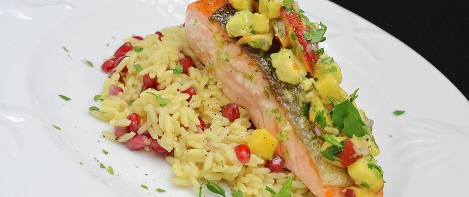 Lachsfilet mit Avocado-Nektarinen-Salsa und Granatapfel-Reis