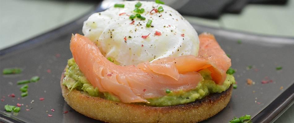 Lachs-Brötchen mit pochiertem Ei