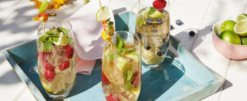 Sommerlicher Sekt-Cocktail mit Limetten, Beeren und Minze